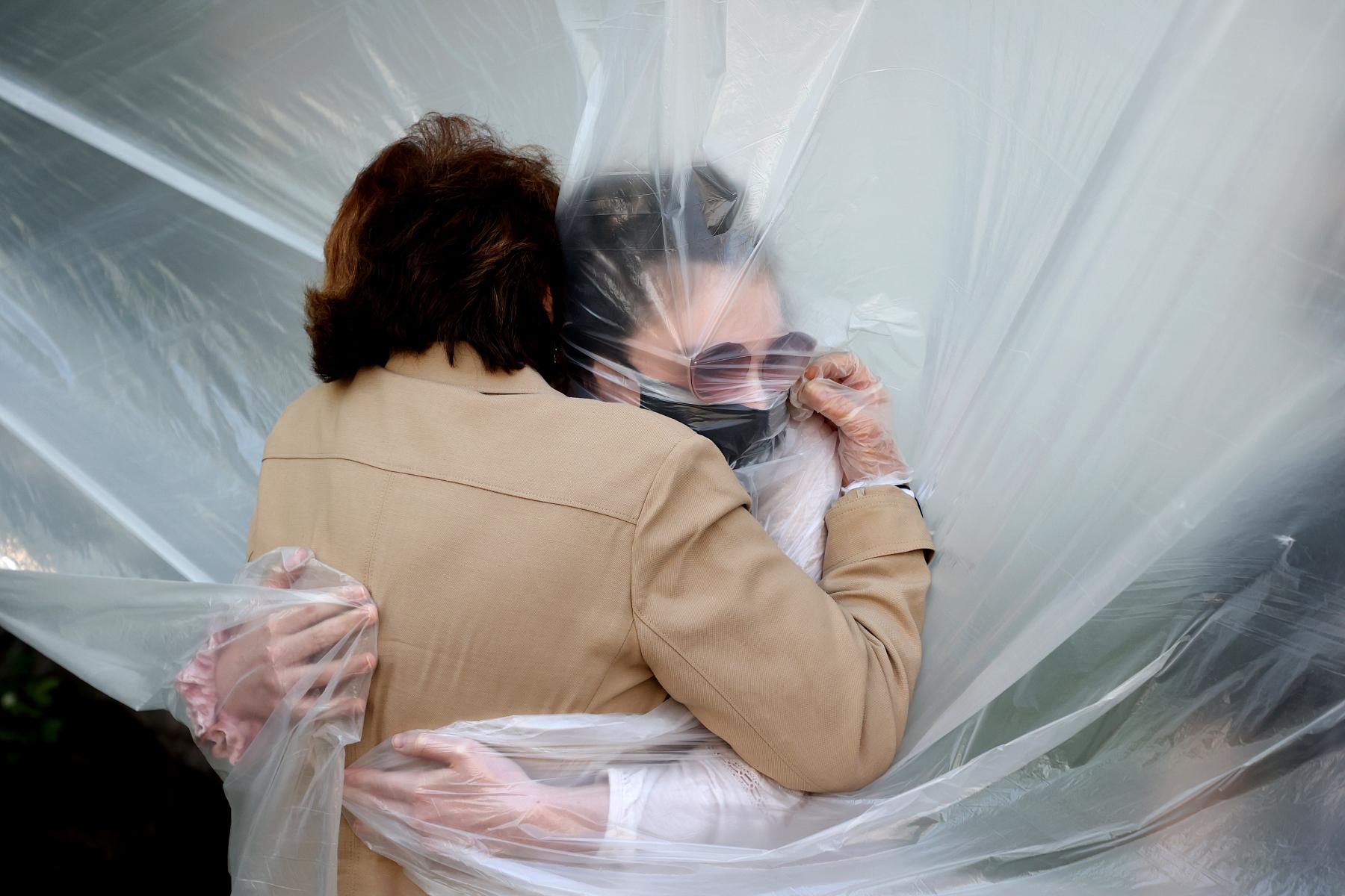 "1ST PLACE - Al Bello – Getty Images – ""Pandemic Hug"""